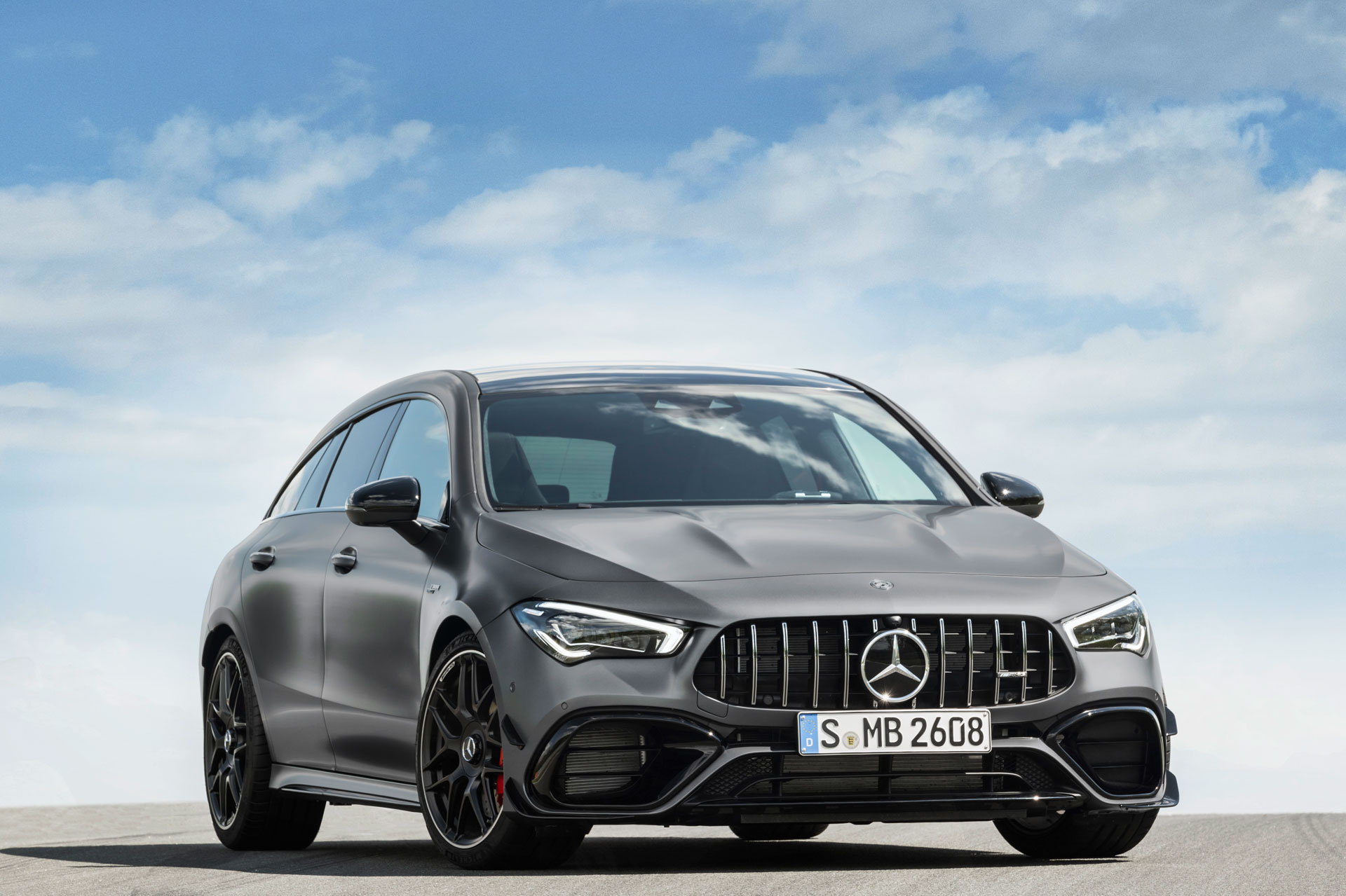 Новий автомобіль Mercedes-AMG CLA 45 Shooting Brake вид спереду