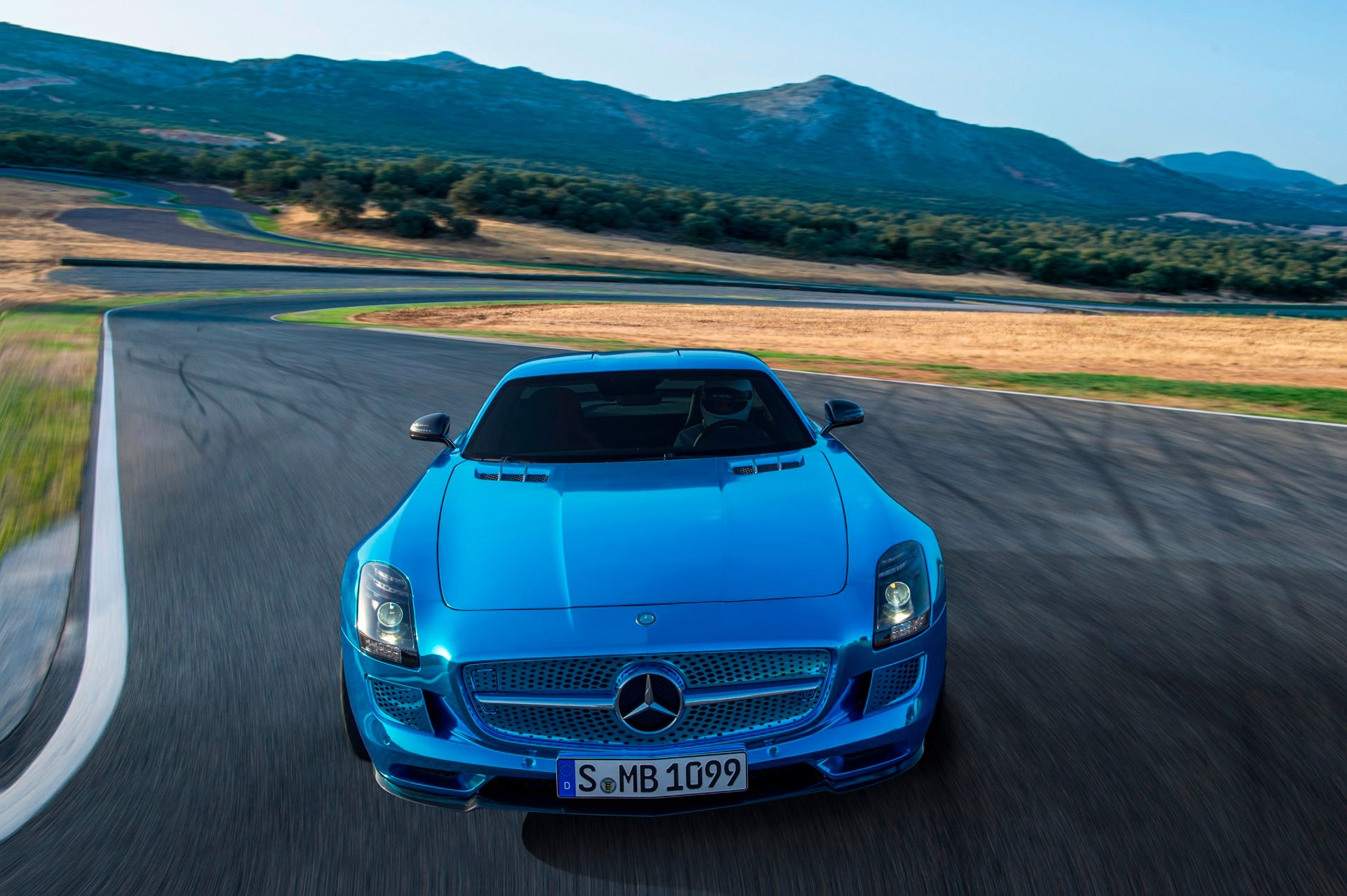 Культовый автомобиль Mercedes-Benz SLS AMG Coupe вид спереди