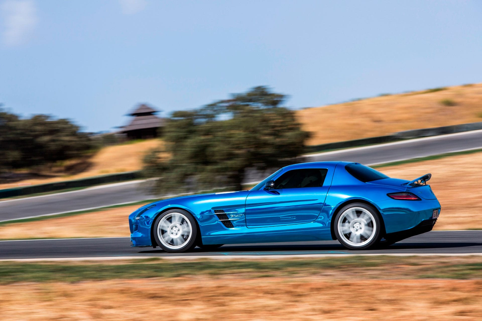 Культовый автомобиль Mercedes-Benz SLS AMG Coupe вид сбоку