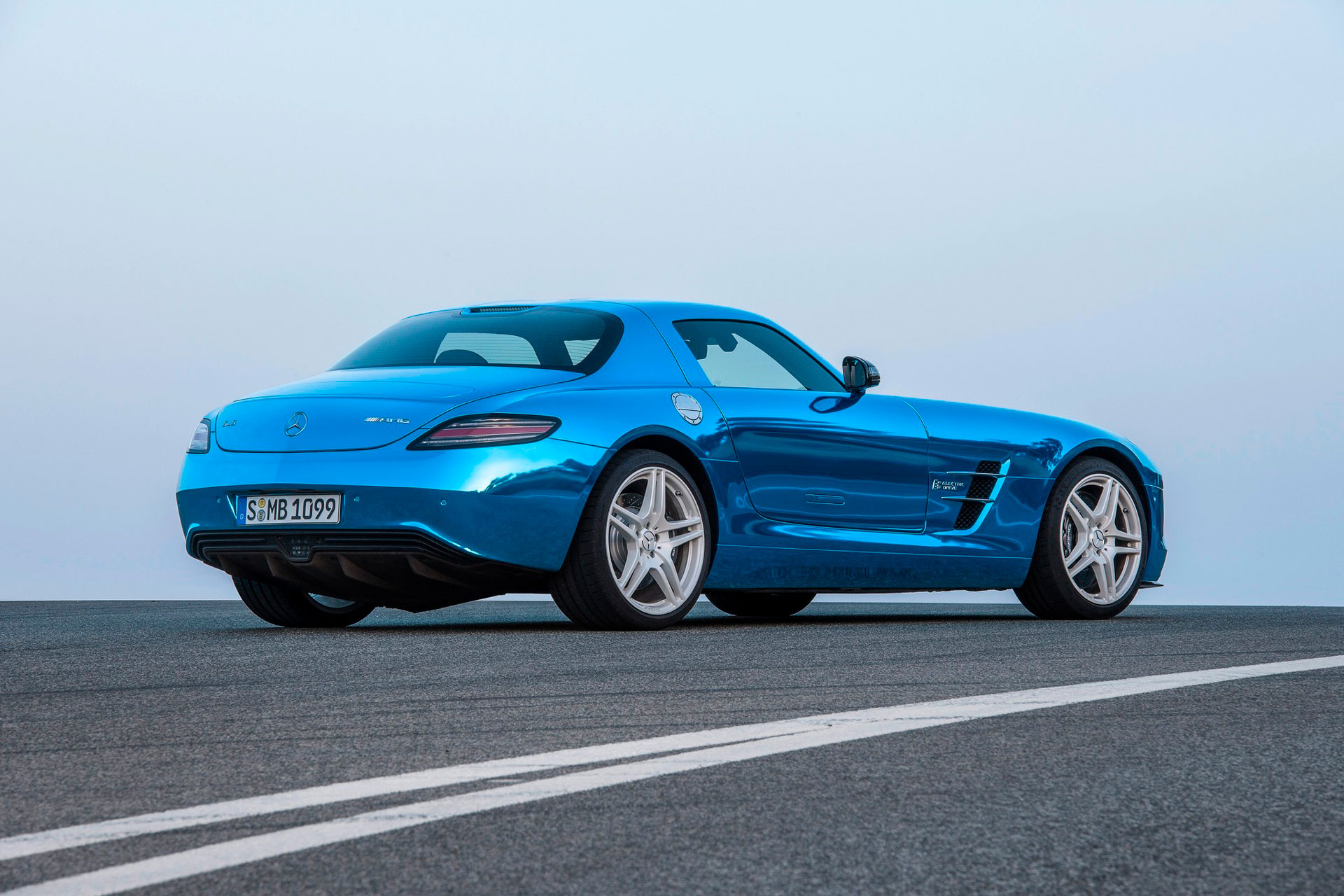 Культовый автомобиль Mercedes-Benz SLS AMG Coupe вид сзади