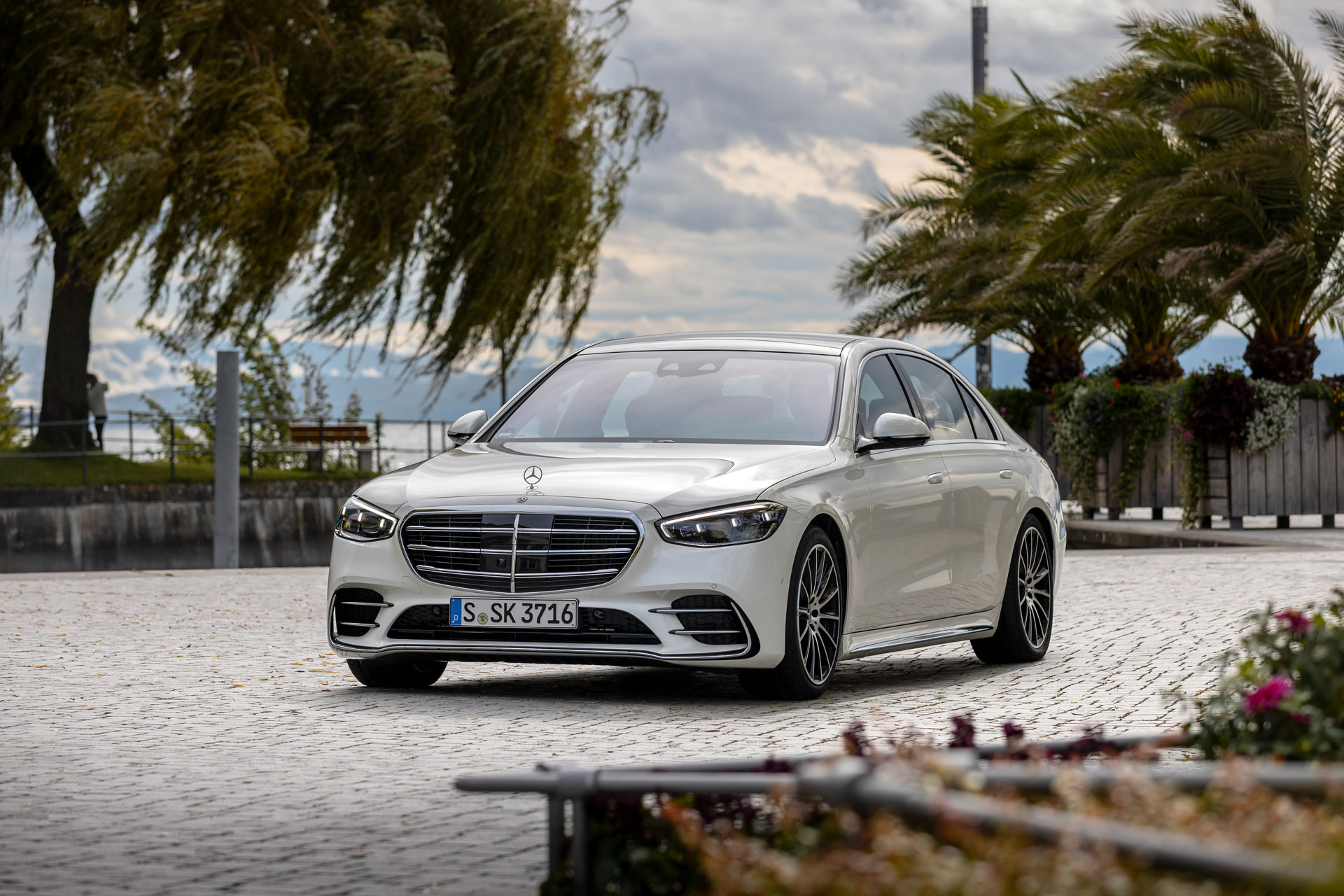 Mercedes-Benz S-Class - детальний огляд комфорту та безпеки флагманського седана