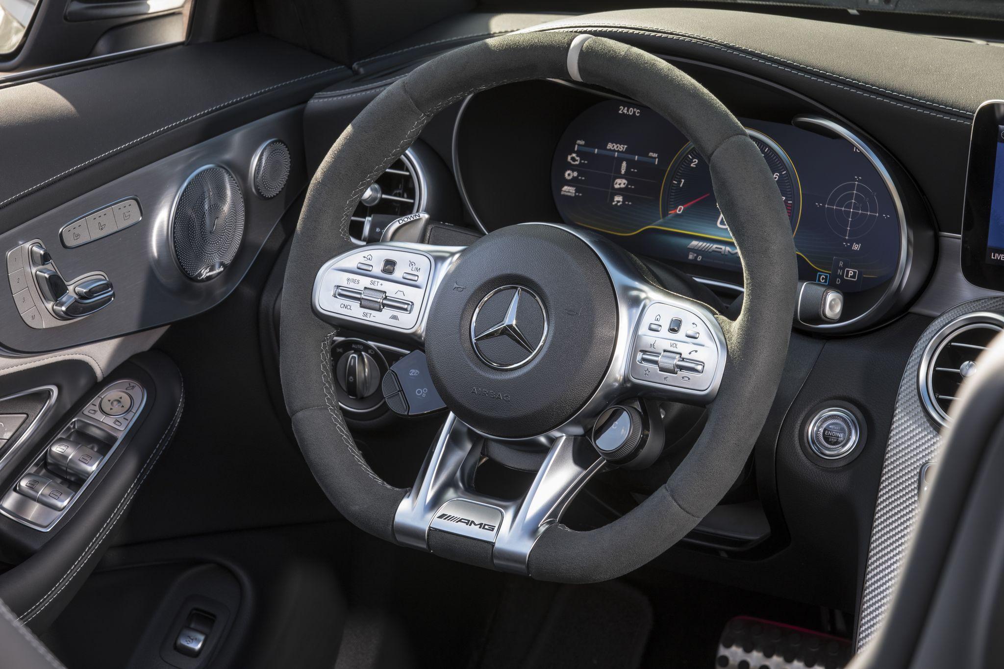 Новий Mercedes–AMG C 63: спортивне рульове колесо з сенсорними кнопками