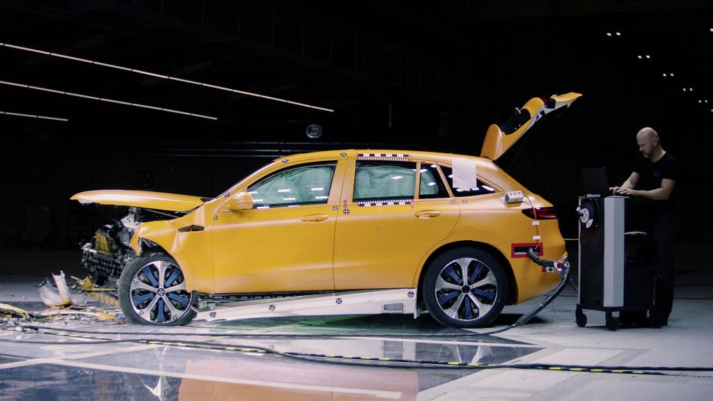 Mercedes-Benz провів тести електромобіля EQC на безпеку