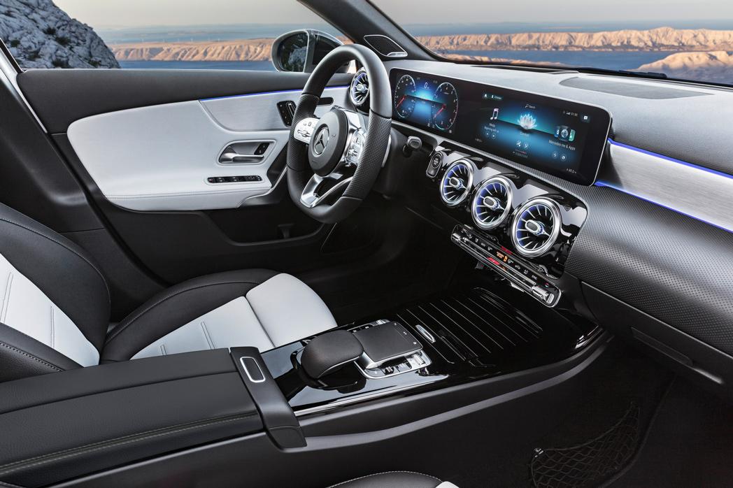 Новий A–Class Mercedes–Benz готує пакет інтеграції смартфонів і два пакети навігації